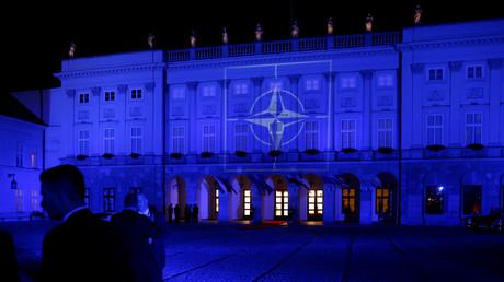 Der polnische Präsidentenpalast wird mit dem NATO-Symbol angestrahlt. Anlass war der NATO-Gipfel 2016 in Warschau.