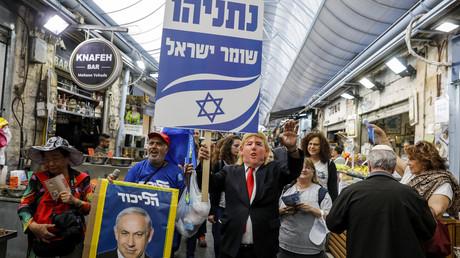 Unterstützer Benjamin Netanjahus tragen eine Maske von US-Präsident Trump und ein Schild mit der Aufschrift: