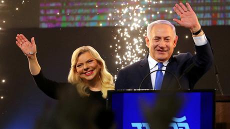 Netanjahu lässt sich am Dienstag mit seiner Frau von seinen Anhängern bejubeln
