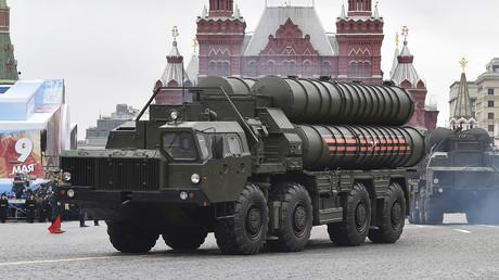 Ein russisches S-400 Langstrecken-Boden-Luft-Raketensysteme auf dem Roten Platz während der Militärparade zum Tag des Sieges in Moskau am 9. Mai 2017.
