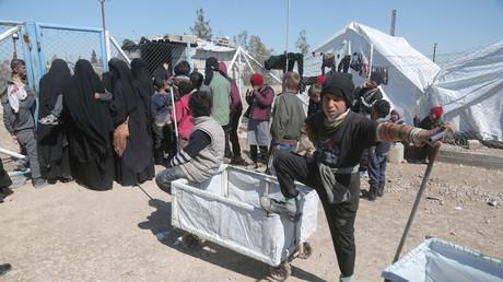Menschen nahe des Zaunes vom Al-Hol Flüchtlingscamp in Hasaka, Syrien, 8. März 2019.