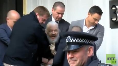 Julian Assange wird von Polizisten aus der Botschaft geschleift
