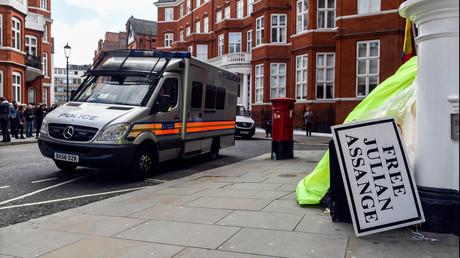 Polizei, Pressevertreter und Unterstützer von Assange vor der ecuadorianischen Botschaft in London