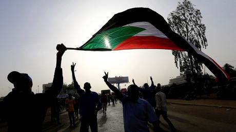 Sudanesische Demonstranten schwenken während einer Protestkundgebung vor dem Verteidigungsministerium in Khartum, Sudan, am 11. April 2019 die Nationalflagge.