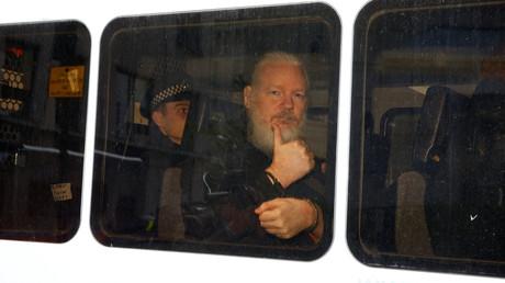 Julian Assange in einem Polizei-Fahrzeug nach seiner Verhaftung in London.