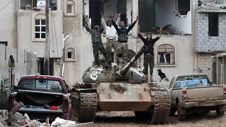 Mitglieder der Libyschen Nationalarmee (LNA) unter General Haftar winken am 14. Januar 2017 von einem Panzer. Das Bild wurde in der Nähe von Bengasi aufgenommen.