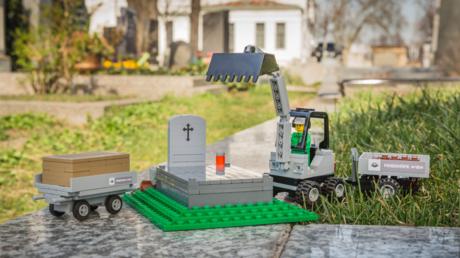 LEGO-Friedhof mit Sarg und Deckel, Minifigur, Grab und Bagger