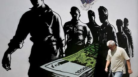 Ein Mann geht an einem Graffiti-Kunstwerk mit dem Titel