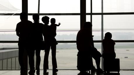 Symbolbild: Passagiere beobachten Flugzeuge, Peking, China, 11. Juli 2011.
