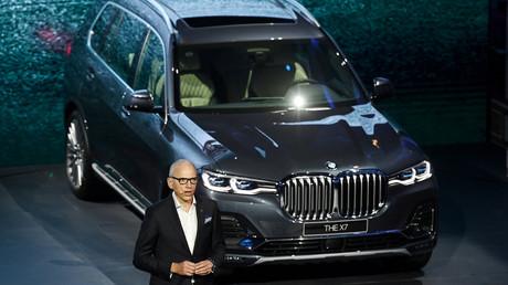 BMW-Vorstandsmitglied Pieter Nota präsentiert in Shanghai einen Tag vor der Eröffnung der Shanghai Auto Show den neuen BMW X7.