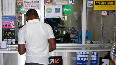 Ein Kunde an einer Geldüberweisungsstelle in Dakar, in Senegal, im Jahr 2017: Ausländische Arbeitnehmer in Deutschland schicken Milliarden Euros nach Hause.