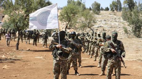 Amnesty International verschweigt Al-Qaida-Kriegsverbrechen, um Syriens Regierung zu kriminalisieren (Archivbild 14. August 2018: Mitglieder der Terrormiliz Hai'at Tahrir al-Sham bei einer militärischen Übung in der Deeskalationszone in der syrischen Provinz Idlib)