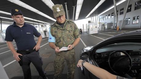 Ein slowenischer Zollbeamte und sein polnischer Amtskollege, Mitarbeiter von Frontex, überprüfen am 15. Juni 2011 einen Pass am Grenzübergang zu Kroatien in slowenischem Obrežje.
