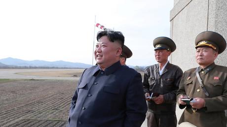 Kim Jong-un beobachtet ein Flugtraining, Nordkorea, 16. April 2019.
