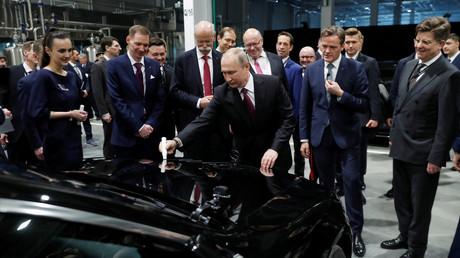 Der russische Präsident Wladimir Putin während der Eröffnungsfeier eines Mercedes-Benz Automobilmontagewerks  am 3. April 2019 außerhalb von Moskau, Russland.