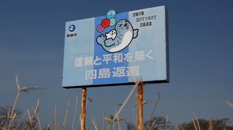 Auf einer Tafel fordert Japan von Russland die Rückgabe der Inseln, aufgenommen in Nemuro, Hokkaido, 14. April 2017.