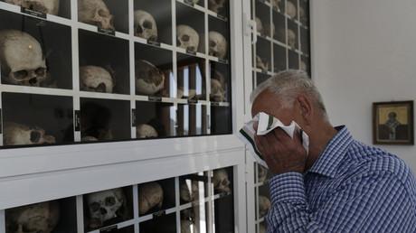 Der Holocaust-Überlebende George Pergantas vor den Überresten seiner Familie, die durch die Nationalsozialisten beim Massaker von Distomo ermordet wurden, Griechenland, 10. Juni 2013.