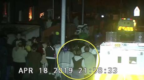 Die Journalistin Lyra Mckee beobachtet gewaltsame Ausschreitungen in Londonderry am 18. April 2019. (Polizeibild)
