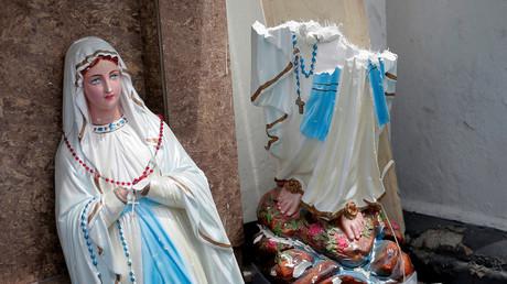 Eine Statue der Jungfrau Maria, die in zwei Teile gebrochen ist, steht vor dem St. Antonius Schrein, Kochchikade Kirche nach einer Explosion in Colombo.