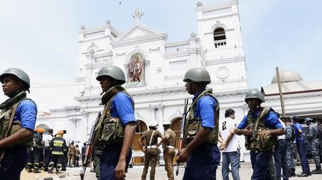 Sri Lanka: Soldaten stehen vor der Kirche Saint Anthony in Colombo, in der bei einer Explosion am Ostersonntag zahlreiche Menschen starben.