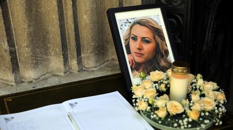 Das Bild der getöteten bulgarischen Journalistin Wiktorija Marinowa und ein Kondolenzbuch liegen am 12. Oktober 2018 vor einem Trauergottesdienst in der Dreifaltigkeitskathedrale in bulgarischem Russe.