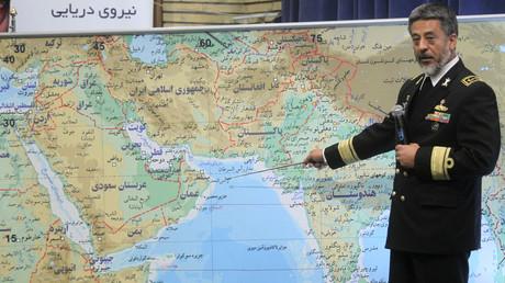 Symbolbild: Der iranische Marinekommandant Habibullah Sajari zeigt anlässlich von Marineübungen in der Straße von Hormus auf eine Karte, Teheran, Iran, 22. Dezember 2011