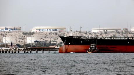 Symbolbild: Ein Foto vom 12. März 2017 zeigt einen iranischen Tanker, der an der Plattform einer Ölanlage auf der Insel Khark anlegt.