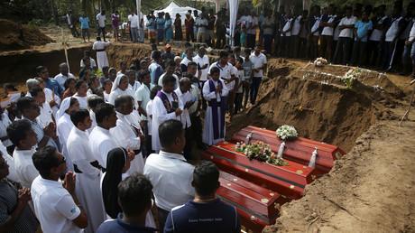 Zwei Tage nach einer Reihe von Selbstmordanschlägen auf Kirchen und Luxushotels am Ostersonntag auf der Insel Sri Lanka nehmen Menschen an einer Massenbestattung der Opfer auf einem Friedhof in der Nähe der St. Sebastian-Kirche in Negombo teil.
