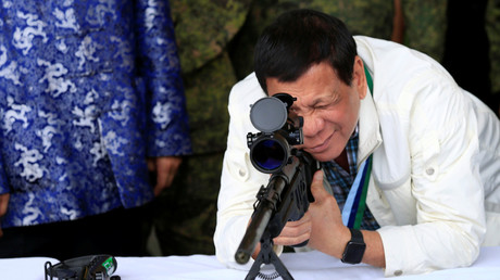 Der philippinische Präsident Rodrigo Duterte mit einem 7,62 mm Scharfschützengewehr auf der Clark Air Base in der Nähe von Angeles City, Philippinen, 28. Juni 2017. (Archivbild)