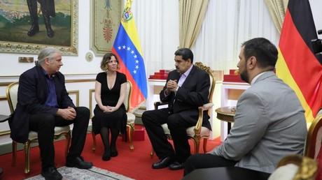 Der Bundestagsabgeordnete der Partei Die Linke, Andrej Hunko (l.), traf sich am 23. April mit dem amtierenden Präsidenten Venezuelas, Nicolás Maduro (m.), in Caracas.
