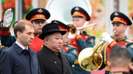 Der nordkoreanische Staatschef Kim Jong-un wird am 24. April 2019 mit einer Begrüßungszeremonie am Bahnhof im fernöstlichen russischen Hafen Wladiwostok empfangen.