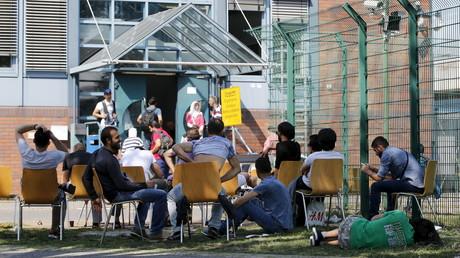 Asylsuchende warten vor dem BAMF in Berlin, August 2015