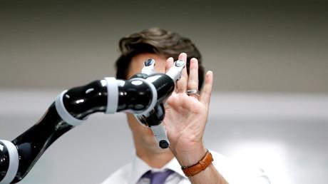 (Symbolbild). Der kanadische Premierminister Justin Trudeau mit einem Roboterarm, während einer Robotervorführung bei Kinova Robotics in Boisbriand, Quebec, Kanada, am 24. März 2017.