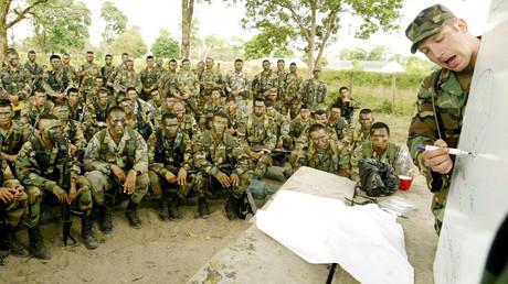 Soldaten einer US-Spezialeinheiten trainieren kolumbianische Kampfeinheiten auf der Militärbais Saravena in der Provinz Arauca, 7. Februar 2003