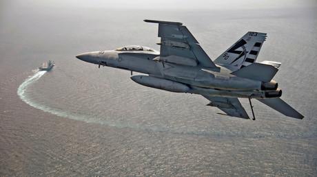 Die US Navy hat ihre Richtlinien bezüglich UFO-Sichtungen geändert. (Symbolbild zeigt einen Kampfjet der US-Marine im Anflug auf den Flugzeugträger  USS Gerald R. Ford)