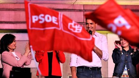 Der spanische Premierminister Pedro Sánchez begrüßt am 28. April 2019, kurz nach Bekanntwerden der Wahlergebnisse, die Anhänger der Spanischen Sozialistischen Arbeiterpartei (PSOE) vor der Parteizentrale in Madrid.