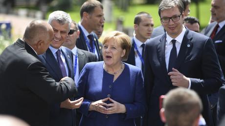 Wie hier auf dem EU-Westbalkangipfel am 17. Mai 2018 in Sofia in Bulgarien treffen sich Bundeskanzlerin Angela Merkel, Kosovos Präsident Hashim Thaçi und der serbische Präsident Aleksandar Vučić (r.) nun in Berlin .