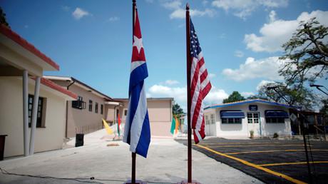 Seltene Eintracht: Vor dem Ernest Hemingway-Museum in Havanna stehen die Flaggen der USA und Kubas.