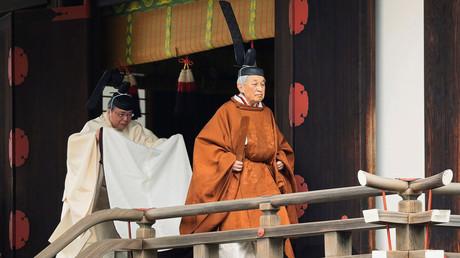 Japans Kaiser Akihito führte am Dienstag in den Schreinen seines Palastes religiöse Riten aus - gekleidet in die moderne Version einer jahrhundertealten höfischen Tracht aus goldbrauner Robe und hoch aufragender schwarzer Kopfbedeckung.