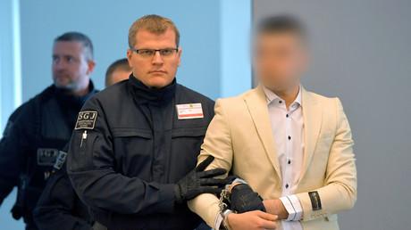 Der Syrer Alaa S. (r.) steht im Verdacht, an der tödlichen Messerattacke auf Daniel H. in Chemnitz beteiligt gewesen zu sein. Hier wird er vor Beginn der Fortsetzung des Prozesses des Landgerichts Chemnitz in den Verhandlungssaal geführt.