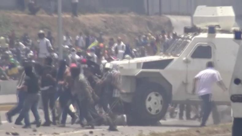 Schwere Krawalle in Venezuela: Guaidó-Anhänger von gepanzerten Fahrzeugen überfahren und verletzt