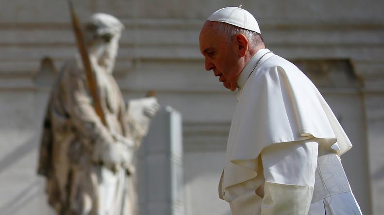 Du heiliger Strohsack: Priester wollen Papst zum Ketzer erklären
