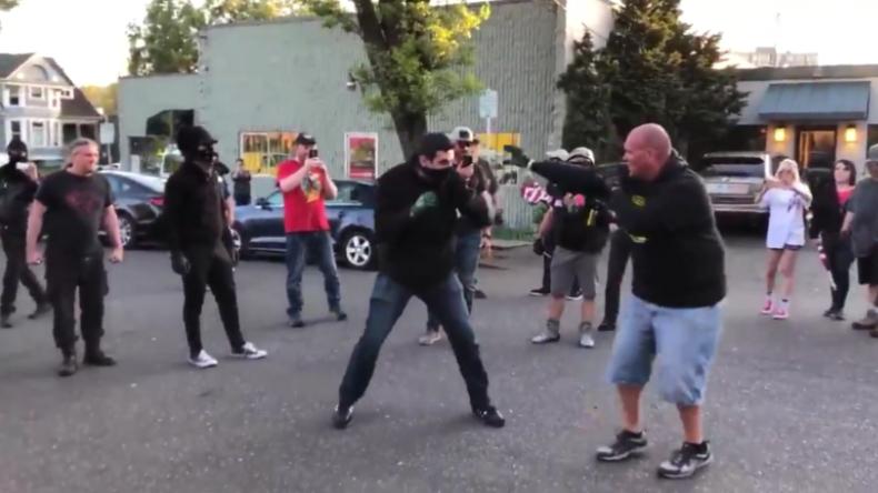 1. Mai in den USA: Rechte und Linke liefern sich Straßenkampf mit Fäusten und Tränengas