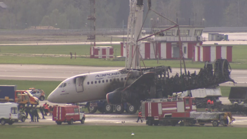 Moskau: Verkohlte Überreste der Aeroflot-Maschine nach Bruchlandung von Landebahn entfernt