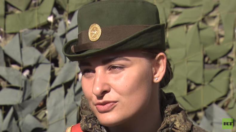 Entwaffnende Schönheit: Russische Kadettin übt Siegesparade in Moskau (Video)