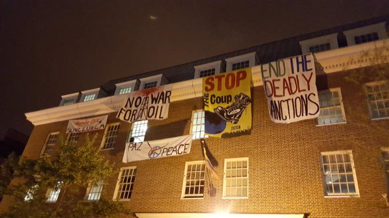 """Botschaftsbesetzung zum Schutz vor """"Guaidós Übernahme"""": USA stellen Aktivisten den Strom ab"""