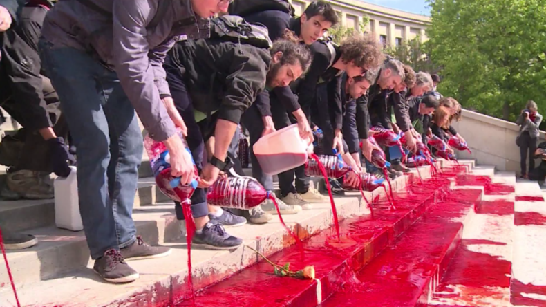 Paris: Aktivisten gießen rote Farbe über Treppe des Trocadéro als Mahnung an ausgestorbene Tierarten
