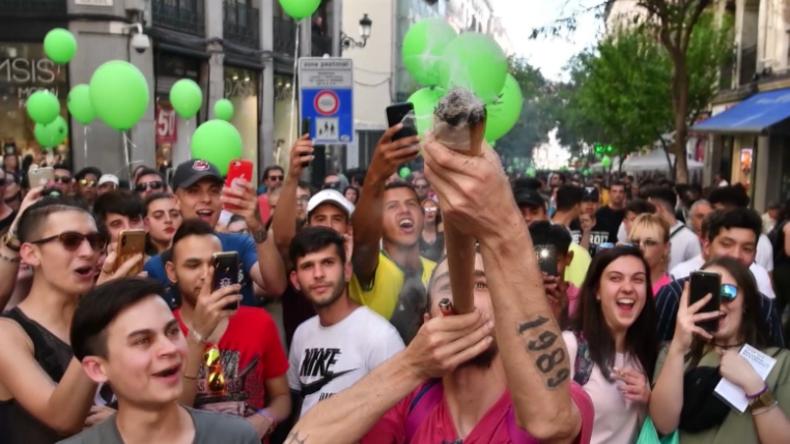 Madrid: Tausende demonstrieren für Legalisierung von Marihuana und rauchen Riesen-Joints