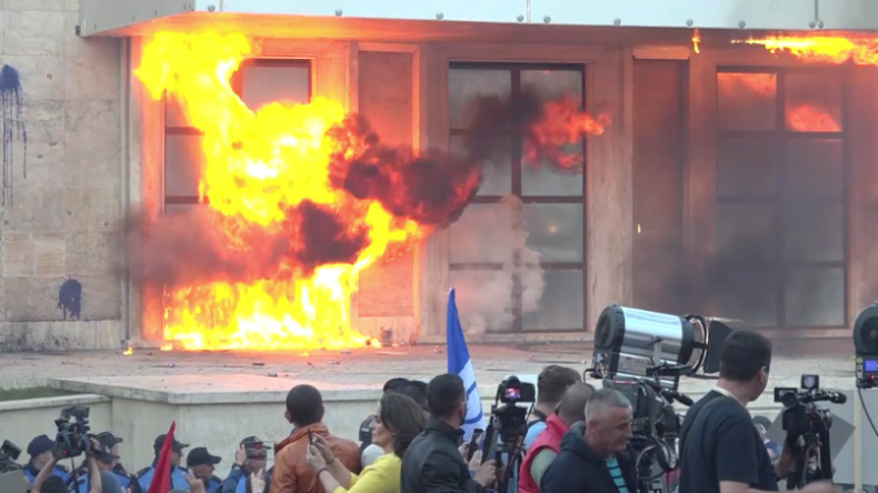Heftige Proteste in Albanien: Brand- und Farbbomben fliegen gegen Regierungsgebäude