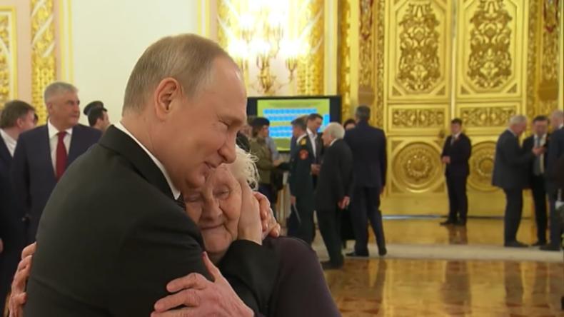 Rührende Bilder aus dem Kreml: Putin trifft seine erste Lehrerin wieder